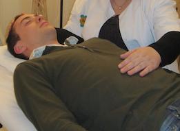 Tratamiento del estómago con terapia craneosacral