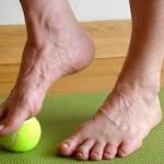 masaje con una pelota en los pies